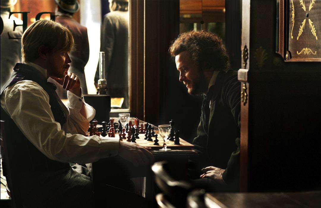 Marx und Engels. Zwei Denker beim Schachspiel.