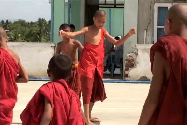 skateboarding_monks_in_burma